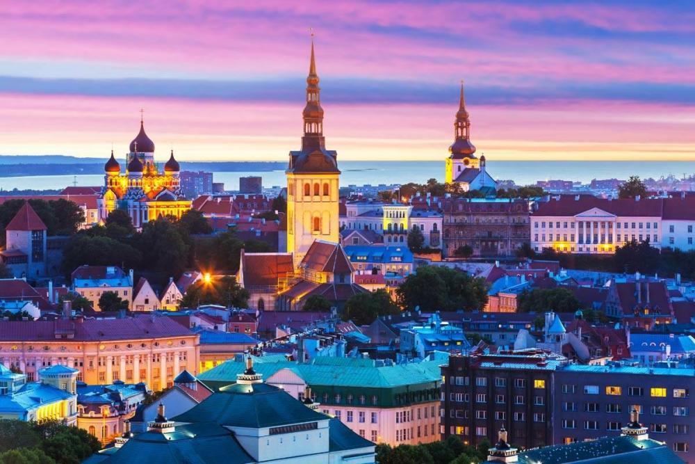 Старый_город_Таллина_на_закате.jpg
